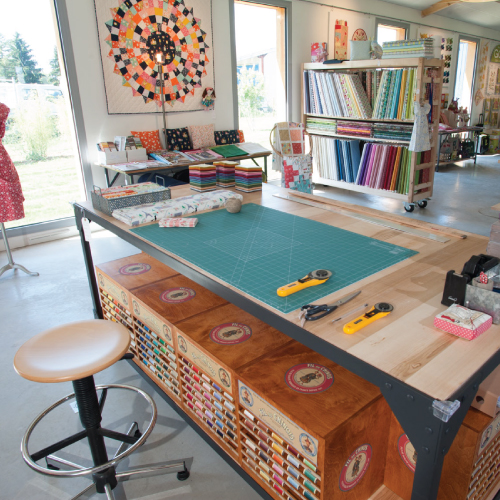 une table de l'atelier showroom le Pavillon du Fil du fabricant Milpoint.